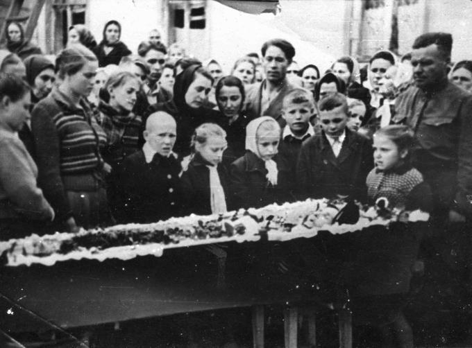 Деревские. У гроба Мамы - Матери-героини Александры Аврамовны Деревской. 1959.