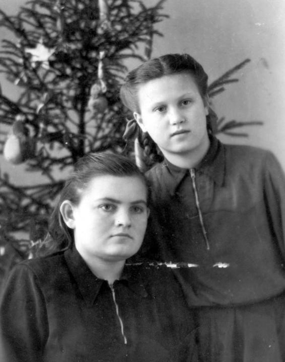 Нина большая в гостях у Вали большой. Мичуринск. 1951 г. Деревские. Мама. Отец. Дети.