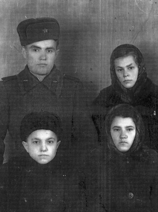 Демьян, НАташа, Геннадий и Вера маленькая. Деревские. Из семейных архивов.
