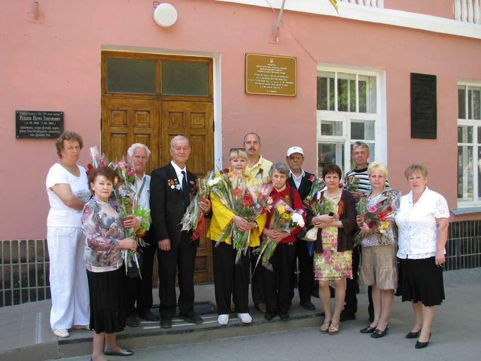 Деревские - дети, внуки у родной школы. 2012.