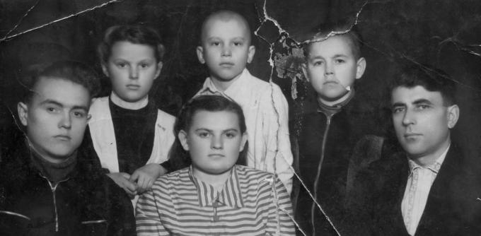 Гена, Валя большая, Дмитрий с младшими (Семён, Боря и др.) Деревские. Мама. Отец. Дети.