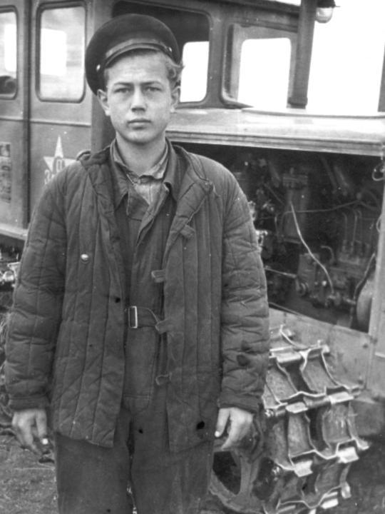 Саша (большой) на целине. 1956 год. Деревские. Из семейных архивов.