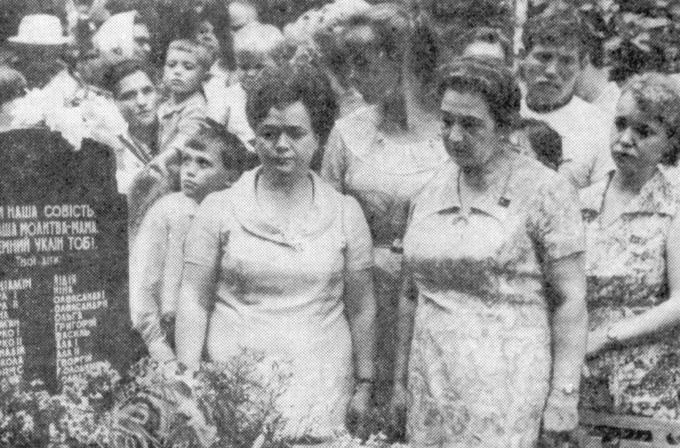 1974. Встреча Деревских - у могилы Мамы.