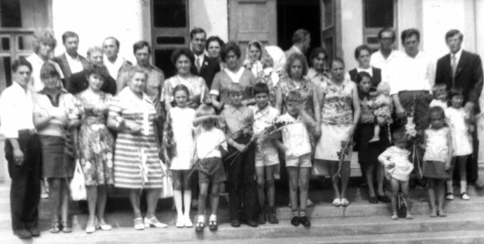 1977. Встреча Деревских. У школы-интерната имени Матери-героини Александры Деревской.