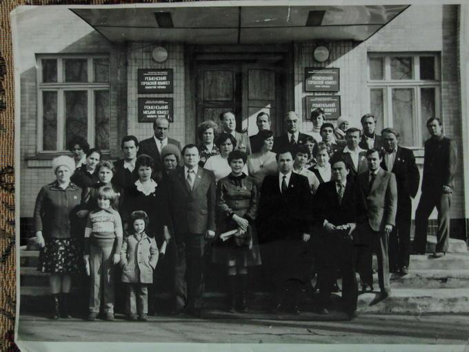 1982. Встреча Деревских. На пороге Роменского горисполкома.
