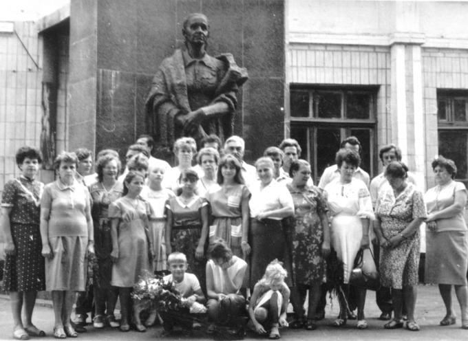 1987. Встреча Деревских - у Памятника Маме.