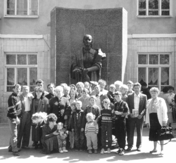 1997. Встреча Деревских - у Памятника Маме.