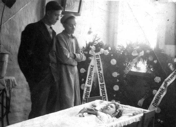 Деревские. У гроба Марийки. 1949.