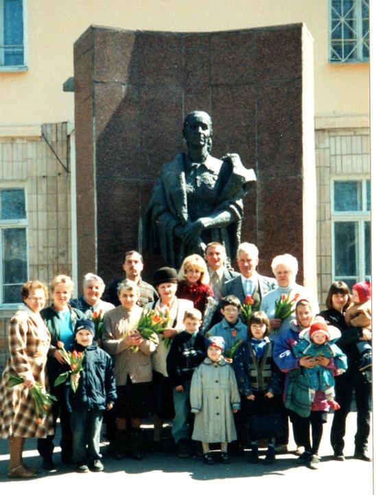 2004.Встреча Деревских. У Памятника Маме.