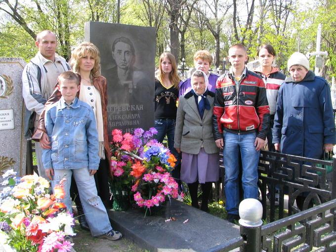 2007. Встреча Деревских - у могилы Мамы.