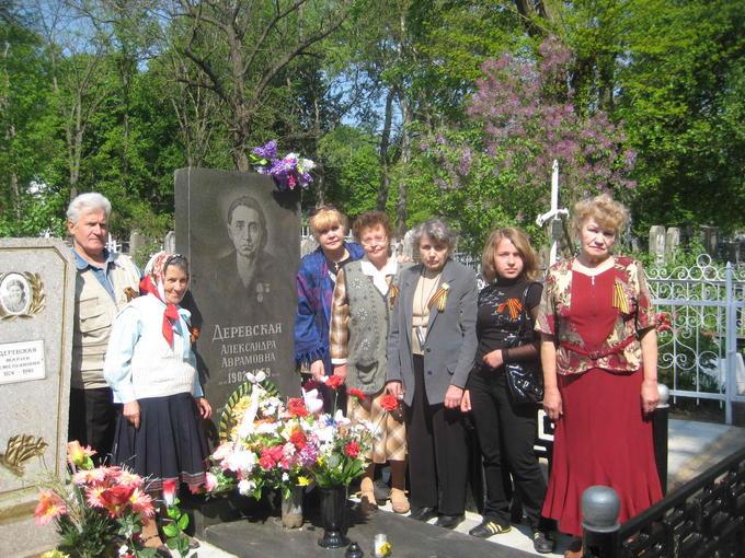2008. Встреча Деревских. У могилы Мамы.