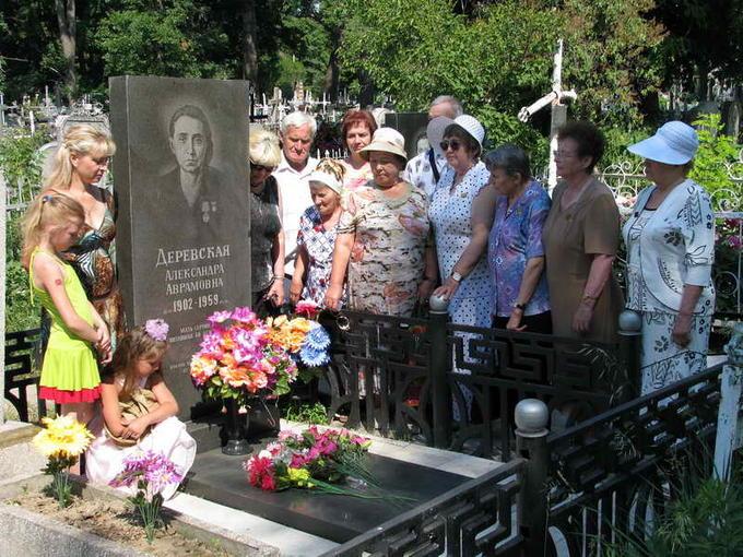 2011. Встреча Деревских - у могилы Мамы.