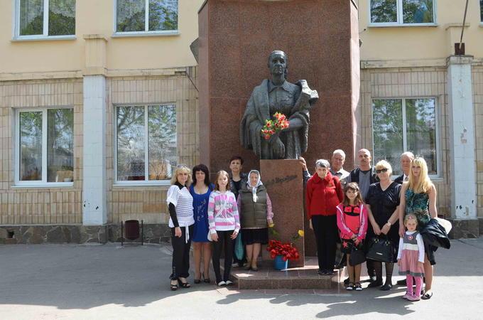 2013. Встреча Деревских - у Памятника Маме.