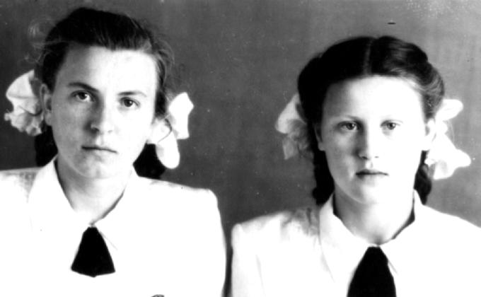 Нина Деревская (справа) с подругой, детдом, С-Буда, 1953 год. Деревские в Середино-Будском детском доме им.Николая Островского.