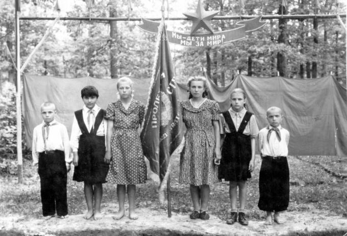 Открытие лагеря летом 1953 года. Среди детей, справа налево Демьян и Света. Деревские в Середино-Будском детском доме им.Николая Островского.
