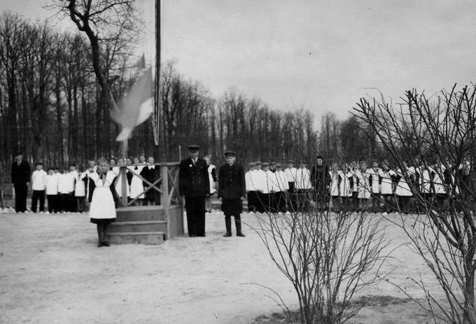 Линейка 1 мая 1954 года. Деревские в Середино-Будском детском доме им.Николая Островского.