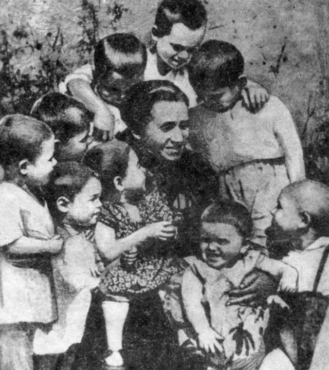 Мама с малышами. 1950 год. Деревские. Из семейных архивов.
