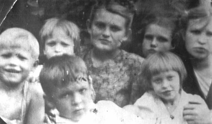Лёня, Катя, Валя (б) и Валя (м), Лида, Федя и Оля. Ромны. 1953 год. Деревские. Из семейных архивов.