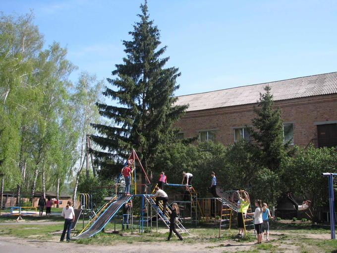 Во дворе школы-интерната. Деревские в детдоме. Ромны: детский дом и школа-интернат.
