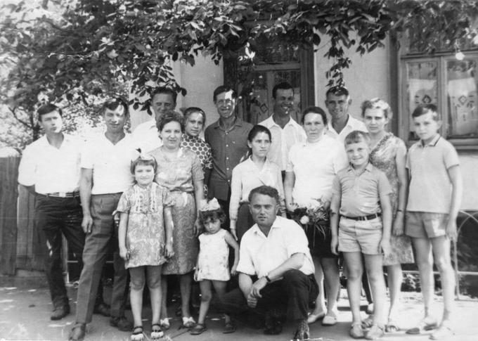 Семья Деревских у дома детства. 1972 год.