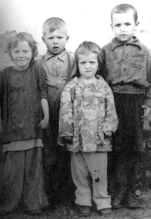 Малыши: Оля, Лёня Катя и Федя. Мама болеет. 1953 год. Деревские. Из семейных архивов.