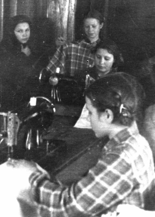 В швейной мастерской детдома, 1955 год. Деревские в Середино-Будском детском доме им.Николая Островского.