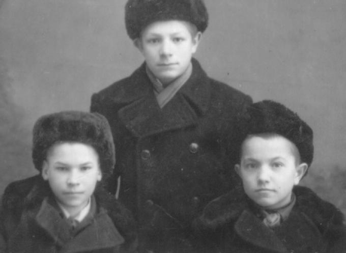 Саша (м) и Демьян Деревские с другом в детдоме. Деревские. Из семейных архивов.