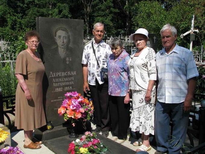 Деревские. У могилы Мамы дети - Оля, Юра, Света, Лида, Валерий. 2011.