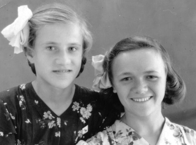 Алла Деревская (справа) с подругой в детдоме. Деревские. Из семейных архивов.