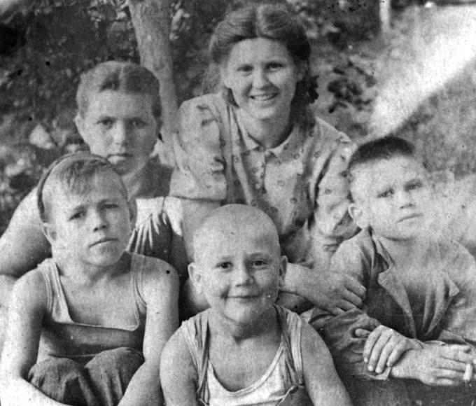 Нижний ряд: Боря, Семён и Веня, над ними Настя и Марийка. Деревские. Мама. Отец. Дети.