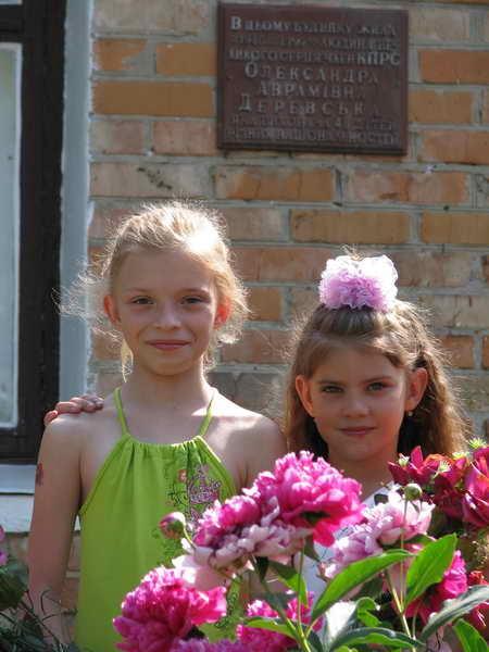Ксюша и Настя, правнучки -внучки Лиды и Валерия. 2011 год.