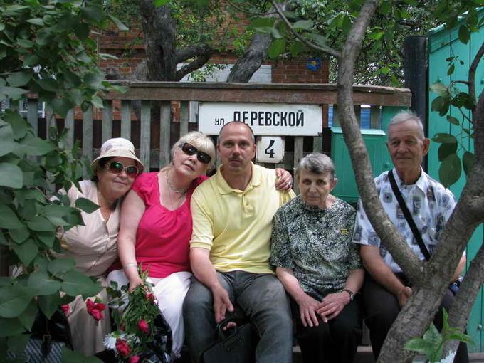 Деревские - Люда, Жанна, Света с сыном Андреем и Юрий. 2011 год.